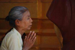 Imagen de mujer orando pidiendo un milagro