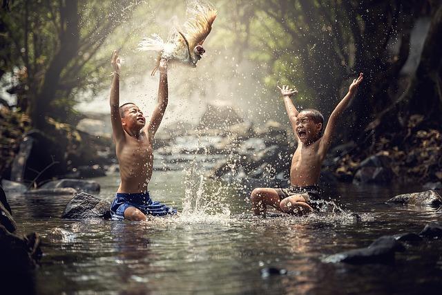 imagen de ninos jugando en agua