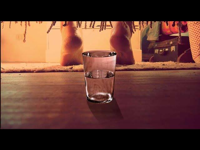 vaso de agua debajo de la cama foto/imgaen