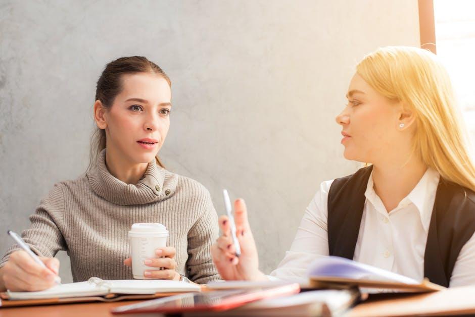 foto/imagen de dos personas pensando antes de hablar.