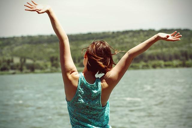 Mujer feliz representando el quinto acuerdo - fotografia/imagen